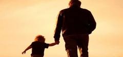 奶奶倒提女童散步 称其是为了长高