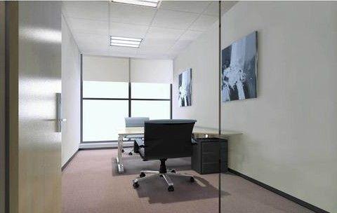 弧线面为玻璃窗的三角形办公室