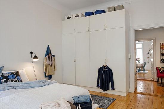 衣柜的摆放要离床位有一段间隔