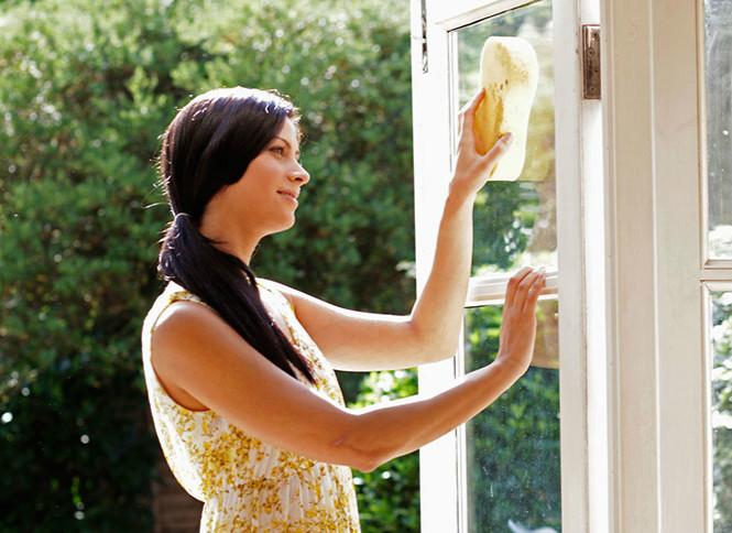 避免将清洗剂或水渗入玻璃压条缝隙内