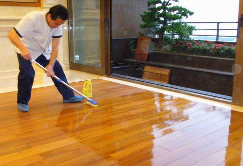 定期给木地板进行打蜡保养