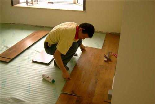 地面要干透才能铺地板