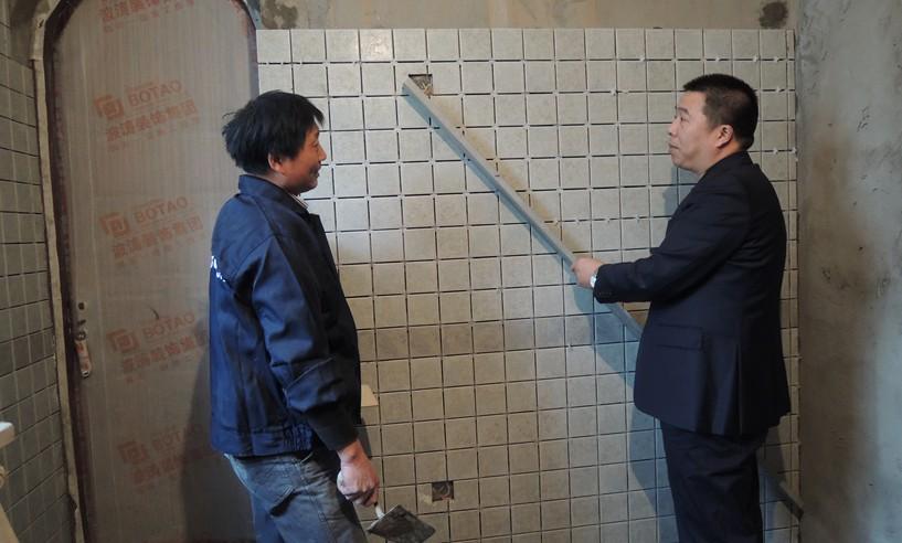 检查砖面是否平整、无倾斜