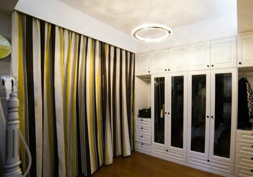 竖条纹窗帘让房间高挑