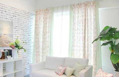 浅色窗帘让房间明亮