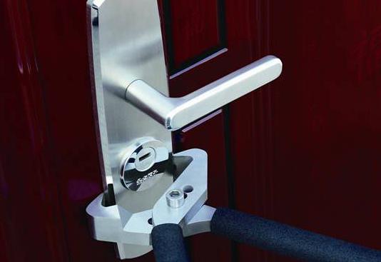 防盗门锁安装步骤   1、先把一个内六角的固定螺丝,插到安装板的左上方的孔内,从门侧的锁体安装孔放入到门内。   2、把内六角固定螺丝,穿过相应的安装孔内,用六角扳手穿过门内的锁头,并将安装内内部的内六角螺丝钉初步拧紧。   3、重复以上的步骤,分别将四个内六角螺丝钉全部安装顺序安装上号并轻微的拧好,以便于下一步的操作,但不应将其拧得太紧,避免为以后的步骤留下难点。