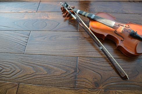 实木地板翻新后,要注意相应的养护