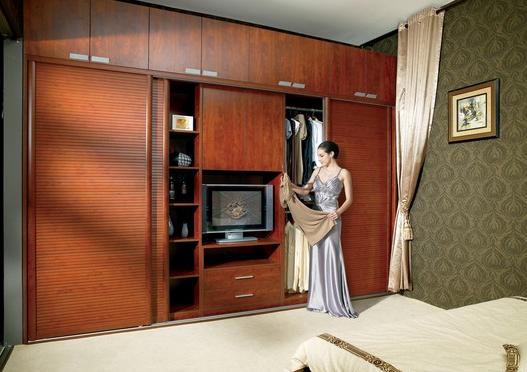 搭配在一起亦是相得益彰。   3. 欧派日式衣柜   以入墙式的推拉门衣柜为主,饰面材质也偏好实木或实木贴皮,风格以新中式、清新、简约居多。像日式三门衣柜就是非常典型的例子。首先衣柜被设计成了入墙式,既节省空间,又落落大方。浅棕色的实木边框线条和谐而简约,搭配柔白色的磨砂玻璃柜门,看上去典雅又自然。    4.