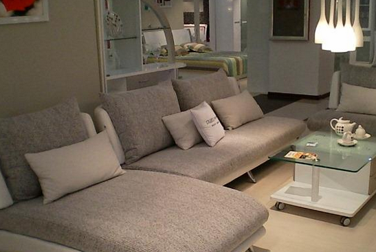 的重要组成元素,在换沙发皮的时候,要注意客厅的天花板、墙壁、地面等风格搭配,要相互协调。要是换的沙发皮颜色和风格与家居整体不一致的话 ,会有格格不入的感觉。    其次要注意颜色搭配,沙发皮有碎花、线条、素色、深色和方格等不同特色,要是客厅比较小巧精致的话 ,最好选择小清新风格的沙发皮。要是客厅是宽敞明亮的