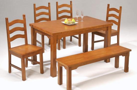 藤制餐桌和餐椅