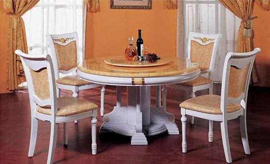 玻璃餐桌和餐椅