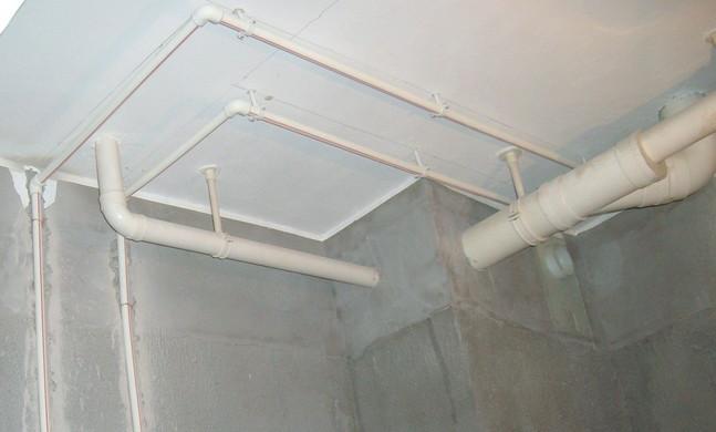 水管材料选购的重头戏还是工程,水路改造改造一定要是为给水管材、排水管材以及起连接等作用的各种管件。管件作为输送水的重要介质,其好坏直接影响着人们的身体健康。   1、闻:用鼻子闻闻水管是不是有异味,现在很多水货管材都是一些有毒水管再生材料所制成的,闻之常有刺鼻的异味。   2、看:看看水管的颜色、厚度以及水管的外形是不是有着注明商标。再看有没有卫生许可证,如果没有卫生许可证的水管,那是不能用于饮用水管的。   3、注意:到正规的有管材授权经销书的代理店购店;注意购买的管材、管件是否是同一厂家生产;还