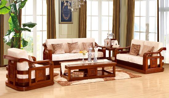实木沙发的价格。   橡木也是比较常见的家具,橡木家具在国内比较常见,所以橡木沙发的价格和榉木、水曲柳木价格差不多,也差不多在三千左右,也有更便宜的,当然也会有更贵一些的。   海棠木与樟木也是比较好的材质,好一点的组合沙发都是在5千左右,如果是品牌加