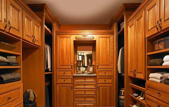 方法一、   衣柜是用来盛放衣物的,所以一定要随时保持清洁、干净,所以衣柜中不能有杂物或者灰尘。在清洁时可以使用半湿的柔软抹布进行擦拭,将灰尘或者污垢彻底地清洁干净。   方法二、   许多人都会使用一些芳香剂来给衣柜增加香味,殊不知这些含有化学物品的芳香剂有可能会损害到衣物布料。所以平时要注意多给衣柜通通气,否则时间长会有潮气、发霉等情况。