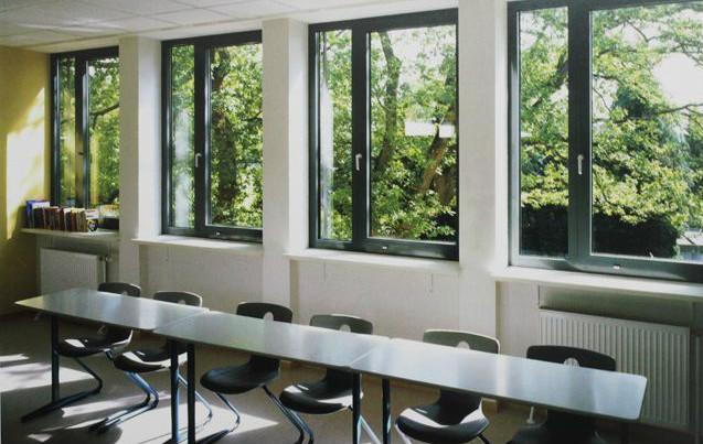 区别一:外观   平开窗开启较为灵活,而且占地面积小,这在日常生活中十分常见,特别适合一些宽敞明亮、通透效果好的房屋。另一种款式的窗户是推拉窗,它的开窗方式是水平推拉,所以有很大的局限性,而且占据的空间比较大。   区别二:功能   在使用功能上,推拉窗因为开启灵活,操作方便简单深受人们的青睐;相比而言,平开窗由于制作工艺的不同,所以一般采用执手开启,在操作上远没有推拉窗方便。