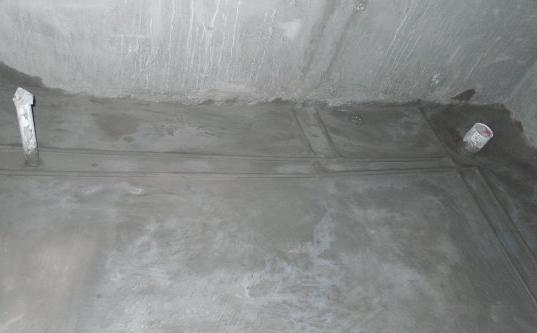 5、厕所墙面也要做防水处理   卫生间防水,墙面防水处理,墙面一定要光滑平整。墙面与地面的交界处抹小原角或坡角。同样要贴1~2层的玻璃丝布做加强保护,再涂刷防水涂料。   6、地面找平   在做防水工程前,先要把厕所的地面弄平整。如果地面不平整,防水涂料的涂刷就会不均匀。地面要有坡度,一般是从门口向地漏方向找坡,因为水流最终是要从地漏流出去,所以,门口附近坡度小,地漏附近坡度大。
