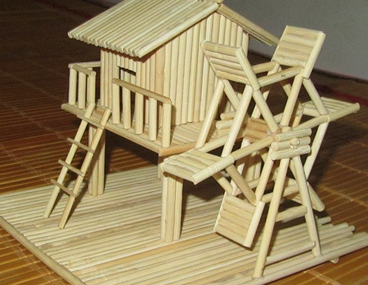 3、在多边形的底盘上粘贴筷子,直至凉亭底盘的空间全部被覆盖为止。   4、将凉亭的主要框架搭建起来。   5、用胶水和木棍将凉亭的外边按照形状围起来,高度大概在8-10根筷子左右。   6、先用胶水和木棍制作好凉亭座椅下面的支撑脚,然后一个个的粘贴到凉亭里面,再用木棍和胶水将椅面粘贴好。