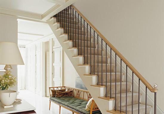3.中式客厅的楼梯设计   说到中式的楼梯设计,反应就应该是雕梁画柱的实木楼梯。当一袭旗袍的美人扶着雕龙戏凤的扶手,踩着温润高雅的红木阶梯缓缓而下,摇曳的身姿透过中式花纹的镂空栏杆若隐若现,伴随着清脆的脚步声转过一道道楼梯段来到你的面前。
