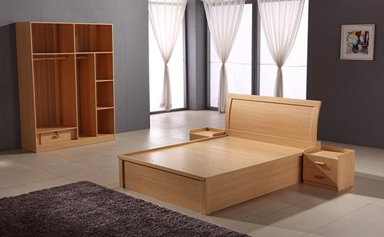 3、室内的温度   由于板式家具最主要的材料还是木材,所以在平时要保持室内湿度,不要让家具受潮,以免会出现一些问题,比如木质腐朽、金属件锈蚀等问题。   4、定期检查   要想延长家具的使用寿命,需要定期对家具的配件进行检查,如果发现有松动的地方要及时旋紧,以免影响正常使用。