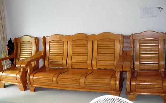1.观察木质优劣   对于实木沙发,其木质的优劣是十分关键的。在选购的时候可以打开沙发内部,观察木质是否干燥,其质地是否紧密,因为这些关系到沙发的使用寿命。   2.观察木质有无缺陷   立柱以及承重横条是沙发的主要承受部位,优质的实木沙发不应有大的节疤或裂纹,而且结构牢固,框架不得有松动的痕迹。