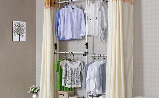 1、在平常时间内,只需用干净的抹布来回擦拭布衣柜即可,对于有污迹的地方,则可以用少量的肥皂水来进行清洁。   2、由于布衣柜一般是自己动手组装的,所以其坚固性有限,因此严禁在上面放置过重的物品,以免压坏衣柜。另外,布衣柜上面的布料还要避免被尖锐等划伤,否则会影响使用。   3、在日常生活中需要经常将布衣柜的门打开,多透透气,以免衣物发霉,影响使用。