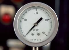 学会看气压表 正确检查汽车轮胎