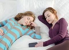 晚上睡�X多�舻脑�因是什麽 怎麽治��
