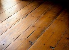 实木地板用旧了怎么办 是翻新还是更换呢