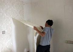 墙壁换新颜 撕掉旧墙纸是件大难事