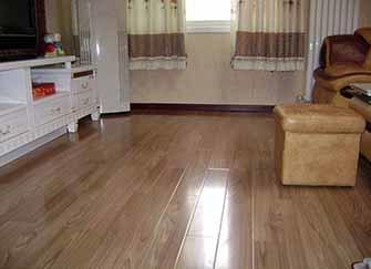 家里木地板出现裂痕了怎么办 其实自己动手就能解决