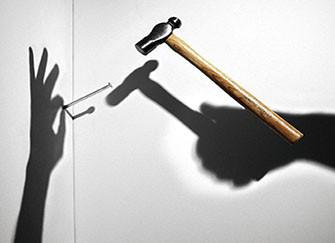 钉子上墙方便又不伤害墙面的小技巧 钉钉子操作指南