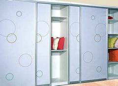 选择整体衣柜柜门材料的技巧 来看看吧