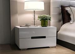 床头柜搭配方法四步走 它的魅力你知道吗