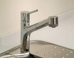 厨房冷热水龙头漏水怎么维修 教你自己三分钟搞定