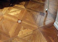 """实木复合地板怎样选购 """"看、查、试"""""""