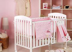 宝宝睡婴儿床的利弊有哪些 购买前一定要认真分析