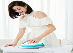 家用电熨斗如何使用  注意衣物上沾水