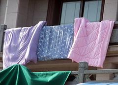 棉被怎么洗妙招 棉被可以用洗衣机洗吗 棉被晒多长时间合适