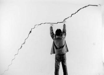 墻面開裂是怎么回事 墻面開裂如何判定是哪里問題 墻面開裂怎么補救
