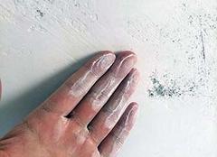 墙壁潮湿掉皮能贴什么 墙面掉皮最简单的处理 墙面掉灰严重怎么快速装饰