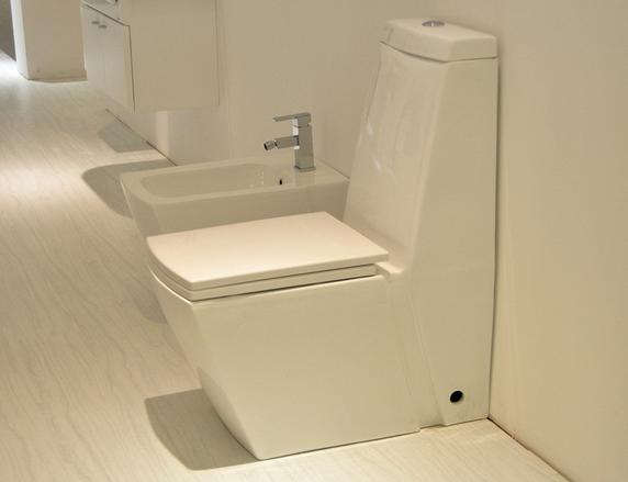 卫生间的马桶老是漏水怎么办?