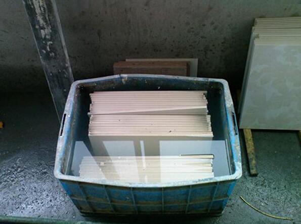为什么在装修的时候,瓷砖要先泡水才能用呢?