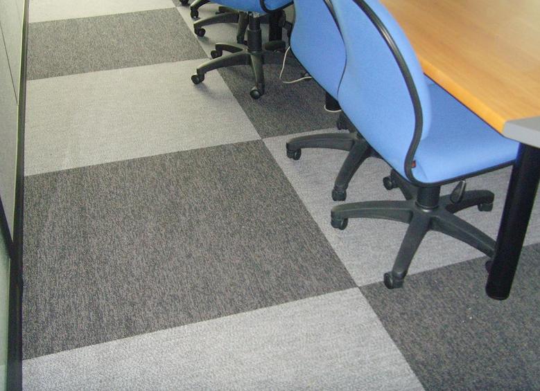 办公室里是铺上pvc方块地毯好呢还是选用别的材料的地毯好呢?
