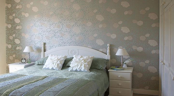卧室贴地板好还是瓷砖好?