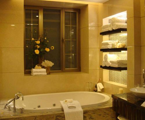 浴室置物架什么材质好 浴室置物架太空铝和不锈钢哪个好