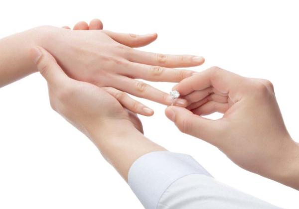 戴戒指五个手指的含义 戴戒指五个手指说法 戴戒指五个手指风水