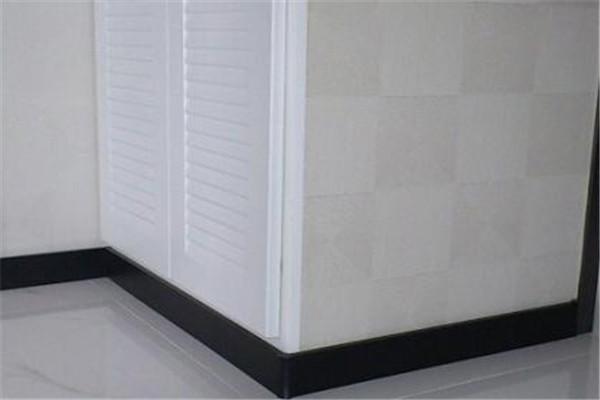白色瓷砖配踢脚线
