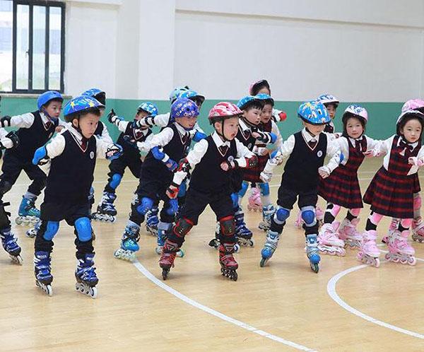 轮滑几岁开始学比较好 小孩学轮滑的最佳年龄 轮滑初级和中级的区别