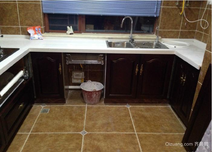 第一次装修实在十几年前,买的是比较流行的整体橱柜,木制的,说是防水的,结果时间一长,难免会遇水浸泡,最后的结果就是橱柜全部发霉了,根本就没法用的,最后还是全部拆掉,砌了个水泥的灶台,所以这次装修我是不会选择整体橱柜,甚至是木质橱柜的,决定定制瓷砖橱柜,上网看了下,目前的瓷砖橱柜还是比较受大家欢迎的,不仅经济适用,使用的寿命还长,而且随着技术的进步,瓷砖橱柜的制作的效果并不比整体橱柜差,以下是我比较中意的瓷砖橱柜的款式,我家的装修会借鉴其中的精华的.
