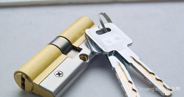 防盗门锁芯   一、防盗门锁芯的分类   1.A级防盗锁芯: 在防盗锁锁芯里面,A级防盗锁锁芯在现代应该算是最不安全,最容易被盗的锁芯了。这种防盗锁锁芯的配对的钥匙,往往是平的,锁芯的里面,也只有一层单面且单排的子弹槽,还有一些十字形状的钥匙也是属于A级防盗锁芯一一种,这种锁,对于小偷来说,两三分钟就可以打开了,如果这个人是熟练地扒手的话,只会更快。   2.